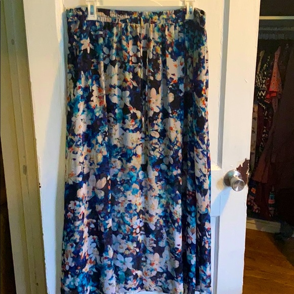 ✅ 2 for $15✅ Floral maxi skirt